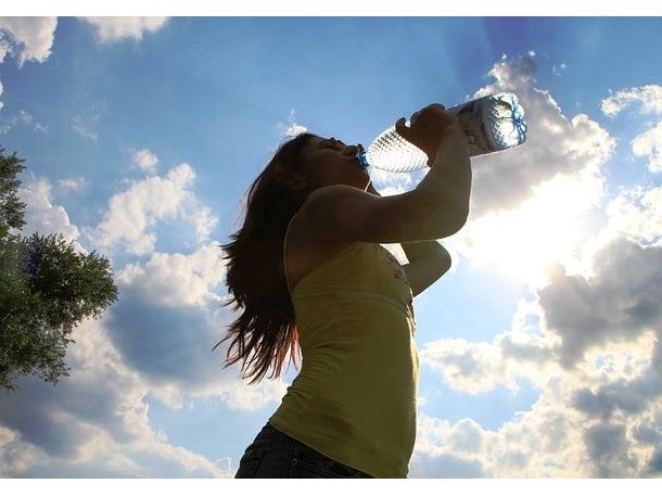Một ly nước mát sau khi thức dậy