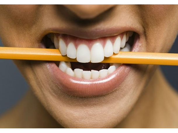 Đặt một cây bút chì lên miệng và ngậm