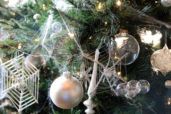 Mạng nhện treo trên cây thông Noel ở Ucraina
